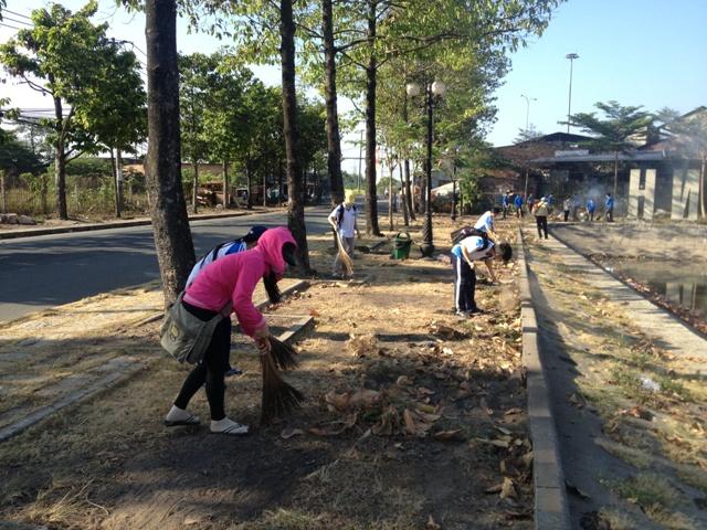 Hoạt động làm xanh - sạch tuyến đường thanh niên khu Đô thị ĐHQG-HCM